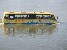 水公共汽车在布达佩斯 免版税库存图片