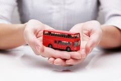 公共汽车在手上(概念) 免版税库存照片