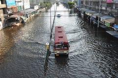 公共汽车在曼谷,泰国一条被充斥的街道保留服务开放, 2011年11月06日 免版税库存照片