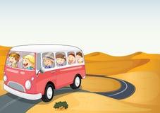 公共汽车在沙漠 向量例证