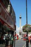 公共汽车在特拉法加广场,英国附近的伦敦 免版税库存照片