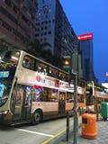 公共汽车在香港大厦背景中 免版税库存图片