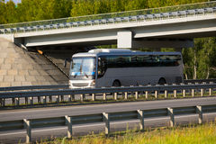 公共汽车在高速公路去在桥梁下 免版税库存图片