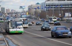 公共汽车在Volokolamskoye高速公路的分配的小条移动 莫斯科 库存照片