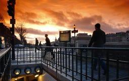 公共汽车对步行者的巴黎地铁 库存照片