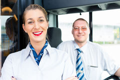 公共汽车或教练司机和游人指南 免版税库存照片