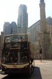 公共汽车游览在路的芝加哥 图库摄影