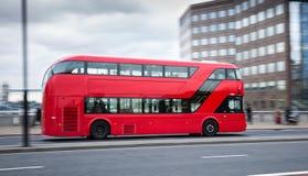 公共汽车现代的伦敦 免版税库存图片