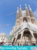 从公共汽车的游人敬佩Sagrada Familia 免版税库存图片