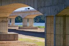 公共汽车看法从桥梁下面的 免版税库存照片
