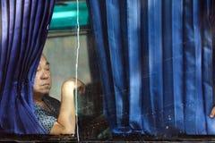 公共汽车窗口的中国人 库存照片