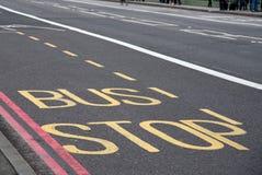 公共汽车站关于公车专道的街道信息 库存图片