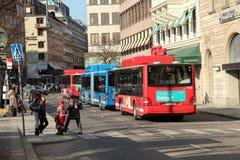 公共汽车站和公共汽车在斯德哥尔摩,瑞典 免版税库存图片