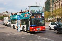 公共汽车站和观光的公共汽车有游人的在巴塞罗那,西班牙 免版税图库摄影
