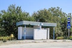 公共汽车站在乡下 农村的横向 库存照片