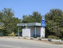公共汽车站在乡下 农村的横向 免版税库存图片