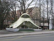 公共汽车站在以建筑师Kaplicky的形式布尔诺 免版税库存照片