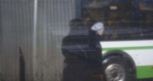 公共汽车站的人们,减速火箭的样式录影 莫斯科俄国 股票视频
