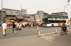 公共汽车站的人们在北京,中国 图库摄影