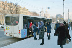公共汽车站的人们 库存图片