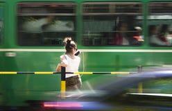 公共汽车站的十几岁的女孩 免版税库存照片
