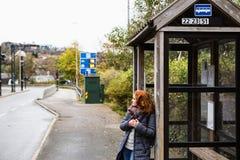 公共汽车站的女孩 免版税库存图片