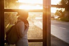 公共汽车站的女孩 图库摄影