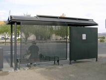 公共汽车站等待 免版税库存图片