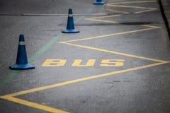 公共汽车站 黄色数据条 免版税图库摄影
