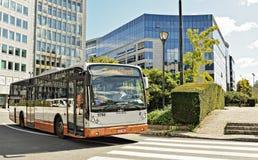 公共汽车舒曼广场到达在布鲁塞尔 免版税库存照片
