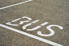 公共汽车被绘的符号终止街道 免版税库存照片