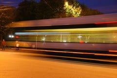 公共汽车迷离在晚上 免版税库存照片