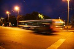公共汽车迷离在晚上 免版税库存图片