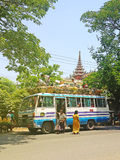 公共汽车,有屋顶的乘客的 图库摄影