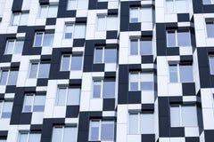公共汽车黑白色minimalistic鲍豪斯建筑学派办公楼正面  免版税库存图片