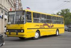 公共汽车` Ikarus-260 01在葡萄酒运输游行的`在圣彼德堡 免版税库存图片