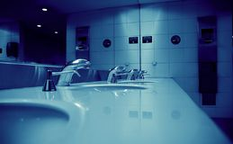 公共空间洗手间 免版税库存图片