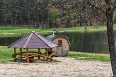 公共浴室和眺望台在岸在森林湖附近 免版税库存图片