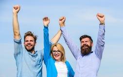 公司三愉快的同事办公室工作者享受自由,天空背景 有胡子的人在礼服和金发碧眼的女人 库存照片