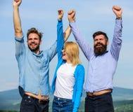 公司三愉快的同事办公室工作者享受自由,天空背景 雇员享受感觉自由 自由 免版税库存照片