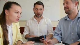 公司业务团队工作会议在办公室 五白种人商人和女实业家人编组谈话 股票录像