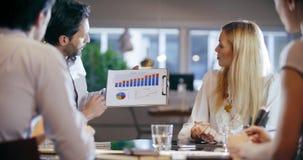 公司业务队工作会议在办公室 四白种人商人和女实业家人小组谈话 股票录像