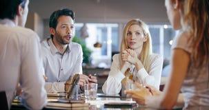 公司业务队工作会议在办公室 四白种人商人和女实业家人小组谈话 影视素材