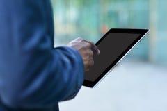 公司人与一种数字式片剂一起使用 免版税库存图片