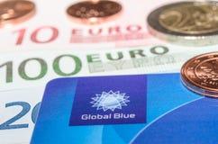 从公司全球性蓝色钞票的特写镜头免税塑料卡片 免版税库存图片
