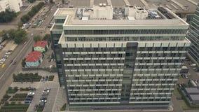 公司办公室大厦在街市城市 企业大厦和汽车停车处 影视素材