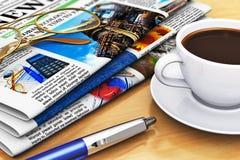 在办公室桌的报纸和咖啡 免版税库存照片