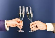 公司圣诞晚会概念 培养多士用香槟的商人 库存照片