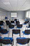 公司大厅,椅子在有没人的一间空的屋子 图库摄影