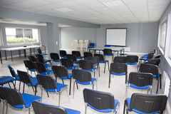 公司大厅,椅子在有没人的一间空的屋子 免版税图库摄影